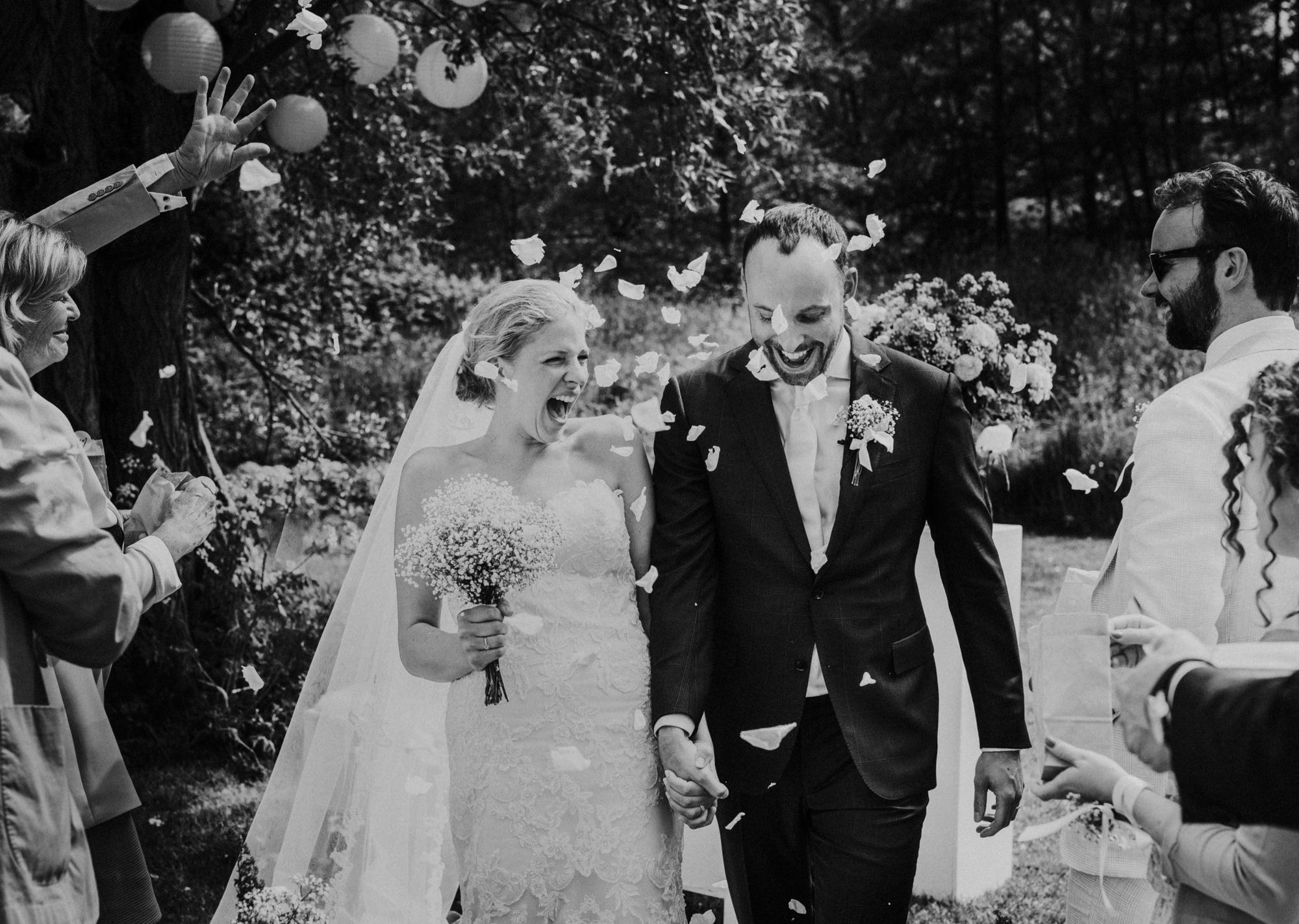 Bruidspaar vol van emotie tijdens exit huwelijksceremonie op Paviljoen Puur